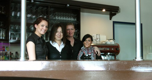 Sabrina S., Jelena Mirkovic (Wirtin), Diana K. und Miriam N. heißen Euch willkommen